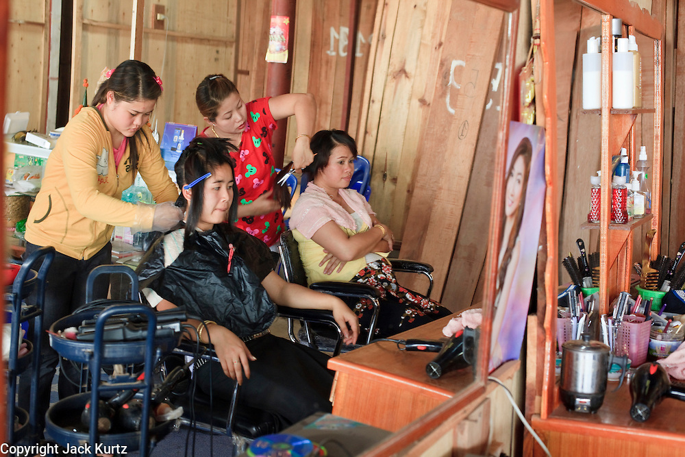 Mar. 11, 2009 -- VIENTIANE, LAOS:  Women in a beauty parlor in a market in Vientiane, Laos. Photo by Jack Kurtz / ZUMA Press