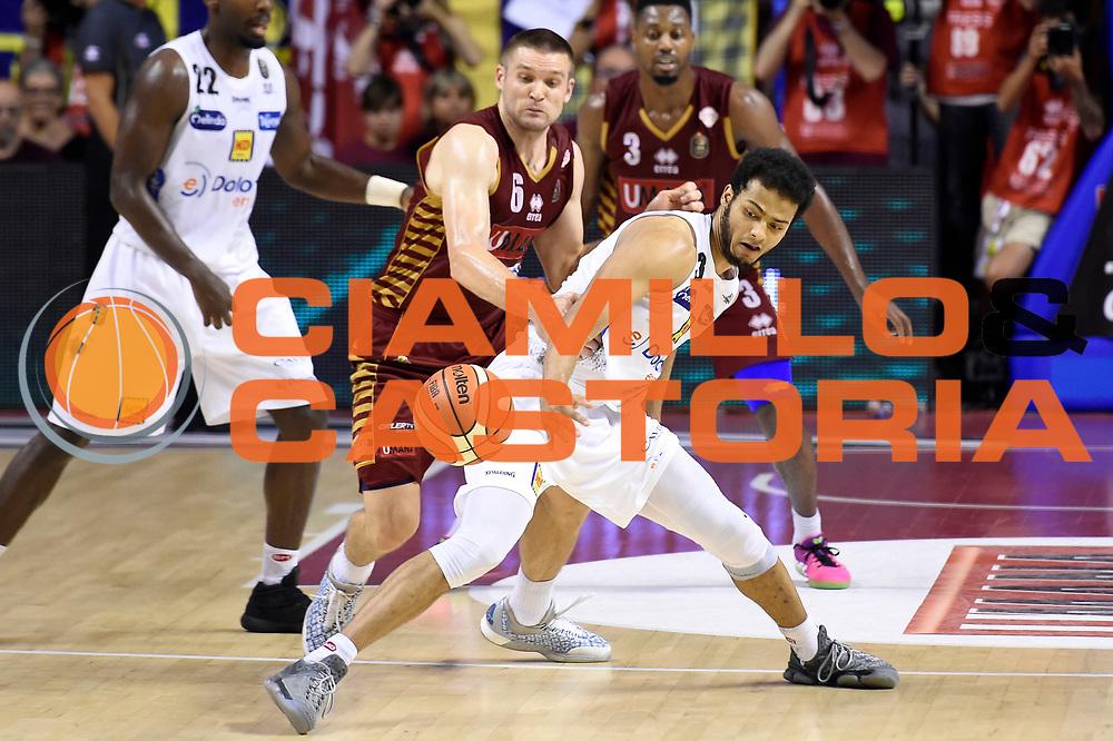 Michael Bramos, Shavon Shields<br /> Umana Reyer Venezia - Dolomiti Energia Aquila Basket Trento<br /> Lega Basket Serie A 2016/2017<br /> Playoff, finale gara 5<br /> Venezia, 18/06/2017<br /> Foto M.Ceretti / Ciamillo-Castoria