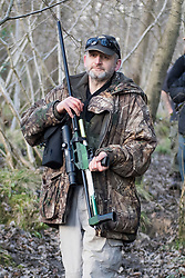 © Licensed to London News Pictures. 18/01/2018. Curridge, UK.  A man carrying a tranquilliser rifle searches through woodland at the scene in Curridge, Berkshire where police are hunting for a wolf that has escaped from its enclosure at the UK Wolf Conservation Trust nearby. Armed police are on the scene. Photo credit: Ben Cawthra/LNP