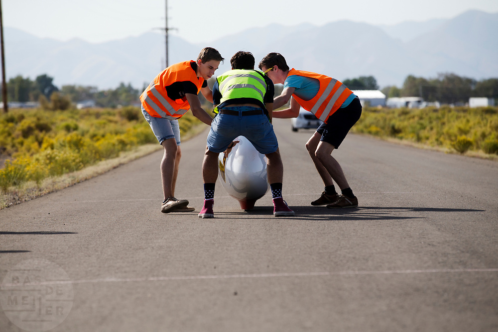 De VeloX 7 wordt gevangen. In Battle Mountain, Nevada, oefent het team op een weggetje. Het Human Power Team Delft en Amsterdam, dat bestaat uit studenten van de TU Delft en de VU Amsterdam, is in Amerika om tijdens de World Human Powered Speed Challenge in Nevada een poging te doen het wereldrecord snelfietsen voor vrouwen te verbreken met de VeloX 7, een gestroomlijnde ligfiets. Het record is met 121,44 km/h sinds 2009 in handen van de Francaise Barbara Buatois. De Canadees Todd Reichert is de snelste man met 144,17 km/h sinds 2016.<br /> <br /> With the VeloX 7, a special recumbent bike, the Human Power Team Delft and Amsterdam, consisting of students of the TU Delft and the VU Amsterdam, wants to set a new woman's world record cycling in September at the World Human Powered Speed Challenge in Nevada. The current speed record is 121,44 km/h, set in 2009 by Barbara Buatois. The fastest man is Todd Reichert with 144,17 km/h.