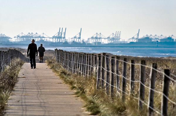 Nederland, Kijkduin, 7-2-2018Mensen lopen en wandelen op het strand langs de zee en de duinen, duingebied .Foto: Flip Franssen