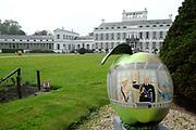 Appeltjes van Soestdijk<br /> <br /> Deze zomer staan de paleistuinen van Paleis Soestdijk volledig in het teken van de Appeltjes van Soestdijk. De kleurrijke collectie van maar liefst 50 beschilderde appels is vanaf 30 april te zien en voert u door de prachtige tuinen. De appels hebben een doorsnee van maar liefst een meter. De kunstenaars hebben zich laten inspireren door o.a. Koninklijke familieportretten, paleizen, landschappen, geschiedenis en toekomst van ons vorstenhuis. <br /> <br /> Apples of Soestdijk<br /> <br /> This summer, the palace gardens of Soestdijk are completely dominated by the Apples of Soestdijk. The colorful collection of no less than 50 painted apples can be seen from April 30 and run through the beautiful gardens. The apples have a diameter of no less than one meter. The artists were inspired by ao royal family portraits, palaces, landscapes, history and future of our dynasty.<br /> <br /> Op de foto / On the photo: <br />  Koningin Maxima , Koningin Willem Alexander en Prinses Beatrix