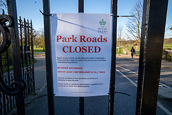 © Licensed to London News Pictures. 23/03/2020. London, UK. A sign saying Park Roads Closed has been posted on the gates of Roehampton Gate, Richmond Park this morning. Royal Parks have temporarily banned all cars from entering Richmond Park, Bushy Park and Greenwich Park after a huge surge in traffic on Saturday and Sunday with large numbers of people ignoring the social distancing guidelines. Cyclists and walkers can continue to enter the parks as the coronavirus crisis continues. Photo credit: Alex Lentati/LNP
