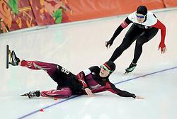 13-02-2014 SCHAATSEN: OLYMPIC GAMES: SOTSJI<br /> Monique Angermueller GER gaat in de eerste bocht onderuit en schuift voorlangs Kaylin Irvine CAN<br /> ©2014-FotoHoogendoorn.nl