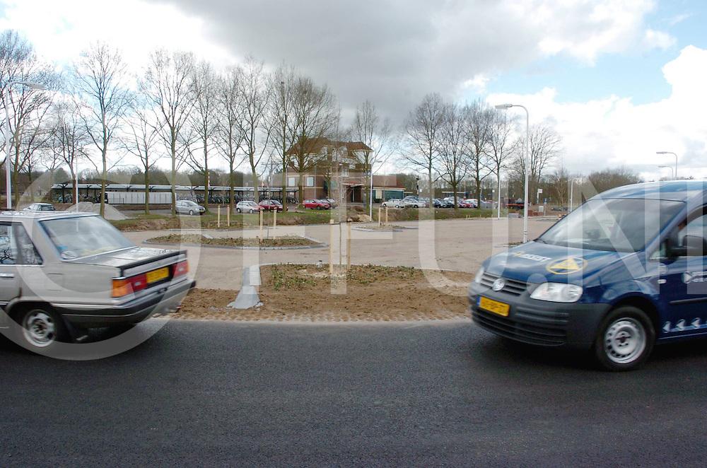 060410, dalfsen, ned,<br /> Op de stationslocatie in Dalfsen is een nieuwe weg aangelegd en een nieuw parkeerterrein vlak voor het station,<br /> fotografie frank uijlenbroek&copy;2006 michiel van de velde