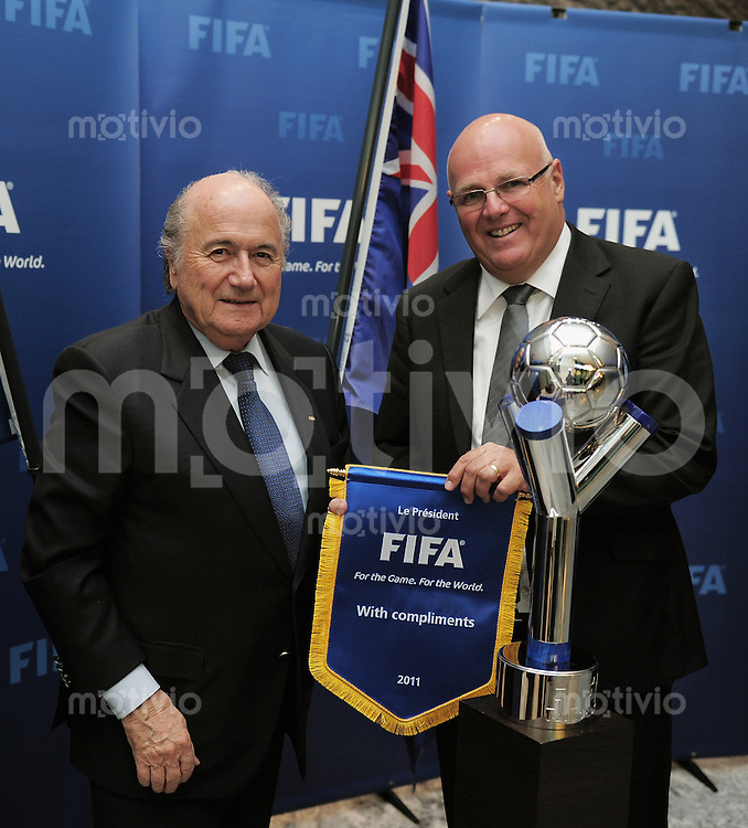 Fussball International  FIFA U-20 World Cup 2015    15.02.2011 Bid Presentation New Zealand Soccer Inc. FIFA Praesident Joseph S. Blatter (re) mit Michael Glading  (GS New Zealand Soccer)