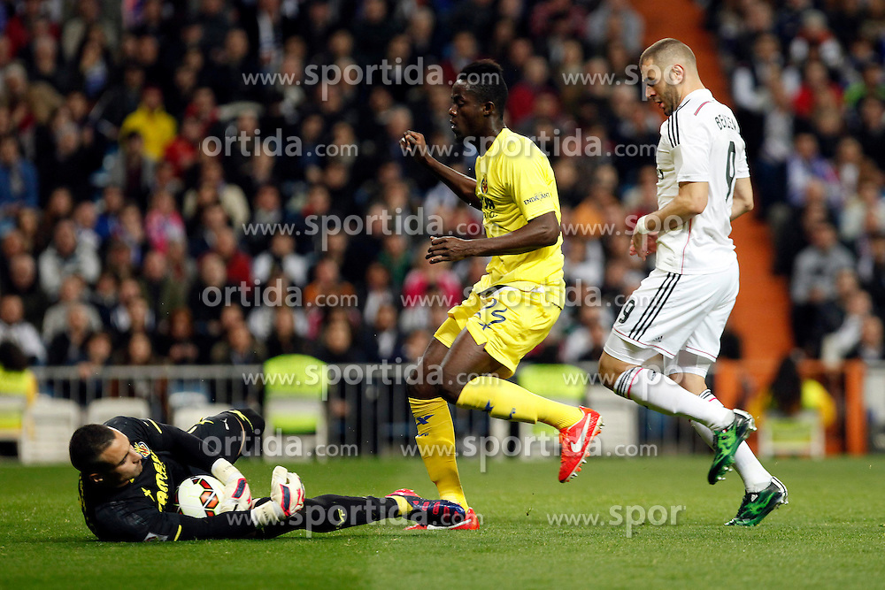 01.03.2015, Estadio Santiago Bernabeu, Madrid, ESP, Primera Division, Real Madrid vs FC Villarreal, 25. Runde, im Bild Karin Benzema of Real Madrid and Sergio Asenjo and Eric Bailli of Villarreal // during the Spanish Primera Division 25th round match between Real Madrid CF and Villarreal at the Estadio Santiago Bernabeu in Madrid, Spain on 2015/03/01. EXPA Pictures &copy; 2015, PhotoCredit: EXPA/ Alterphotos/ Caro Marin<br /> <br /> *****ATTENTION - OUT of ESP, SUI*****