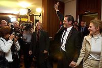 19 SEP 2004, POTSDAM/GERMANY:<br /> Matthias Platzeck (L), SPD, Ministerpraesident Brandenburg, und Jeanette Jesorka (R), Lebensgefaertin von Platzeck, auf dem Weg zu einem ersten Statement zum Wahlausgang der Landtagswahl Brandenburg, SPD Wahlparty, Altes Rathaus<br /> IMAGE: 20040919-01-005<br /> KEYWORDS: Jubel, Freude, SPD Anhänger, SPD Mitglieder, Sieger, Freundin