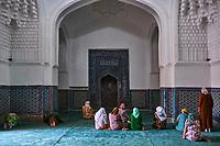Ouzbékistan, Samarcande, classé Patrimoine Mondial de l'UNESCO, mausolée de Shah i Zinda, groupe de femmes priant // Uzbekistan, Samarkand, Unesco World Heritage, Shah i Zinda mausoleum, praying woman