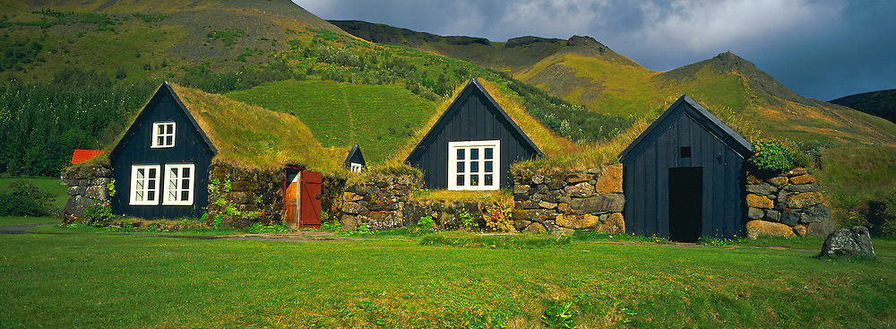 Islande. Anciennes fermes traditionnelles à Skogar. / Iceland. Old traditional farm at Skogar.