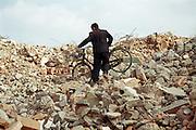 «A? co?te? de c?a, les nids-de-poule de Montre?al...!» .Dans les ruines d'un ba?timent en de?molition a? Kunming, la capitale du Yunnan, en Chine..