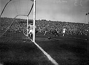 29/04/1962<br /> 04/29/1962<br /> 29 April 1962<br /> Shamrock Rovers v Shelbourne in the F.A.I. Cup Final at Dalymount Park, Dublin. Shelbourne centre forward, Barber (centre) beats Shamrock Rovers goalie Henderson (right on knees) and backs Keogh and Courtney with a sinning whot that entered the corner of the net for Shelbourne's first goal.