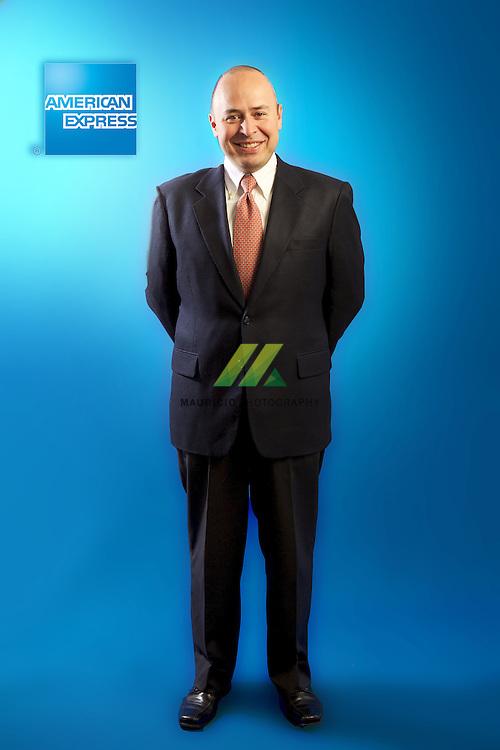 Se ha desempenado como Director de prestamos personales y al consumo en los anos de 2004 y 2005. En el ano de 2004 se desempeno como Gerente Sr. de Prestamos Personales, asi mismo, ha ocupado diversos puestos dentro de la organizacion de American Express en Mexico, Gerente de Tarjetas de Cargo en 2003-2004, Gerente de Retencion y lealtad de clientes 2001-2003 , y en el area financiera como Gerente de Planeacion para tarjetas 1999-2001 y Gerente de reingenieria financiera, El Sr. Medina es Ingeniero Industrial y de Sistemas egresado del Instituto Tecnologico de Estudios Superiores de Monterrey (ITESM), cuenta con dos Maestrias en Administracion una por la Universidad de Austin, Texas, y otra por el ITESM Cd. de Mexico.