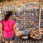 Rovinj 2015 07 09 Kroatien<br /> Gamla stan i Rovinj<br /> Tr&aring;nga gr&auml;nder och souvenir shoppar<br /> <br /> ----<br /> FOTO : JOACHIM NYWALL KOD 0708840825_1<br /> COPYRIGHT JOACHIM NYWALL<br /> <br /> ***BETALBILD***<br /> Redovisas till <br /> NYWALL MEDIA AB<br /> Strandgatan 30<br /> 461 31 Trollh&auml;ttan<br /> Prislista enl BLF , om inget annat avtalas.