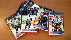 Vojens Lions<br /> <br /> Officielle Danske Hockey Trading Card. <br /> <br /> 1998-1999 Komplet Danske Ishockey Kort 228 stk.<br /> <br /> 183. Dan Jensen<br /> 184. Ulrik Nielsen<br /> 185. Claus Jensen<br /> 186. Mikael Wiklander<br /> 187. Kim Foder<br /> 188. Mats Diberius<br /> 189. Ole Christiansen<br /> 190. Brian Foder<br /> 191. Dennis Blom<br /> 192. Søren Gerber<br /> 193. Lars Bach<br /> 194. Kim Jensen<br /> 195. Rasmus Kubel<br /> 196. Jan Jensen<br /> 197. Søren Nielsen<br /> 198. Todd Sparks<br /> 199. Morten Callesen<br /> 200. Ian Hebert<br /> 201. Jesper Gaarde<br /> 202. Henrik Lundin<br /> 203. Mika Nyqvist<br /> 204. Thomas Ullbors<br /> <br /> Begrænset komplet sæt på lager. Kontakt: mail@nhcfoto.dk eller tlf. 40277826