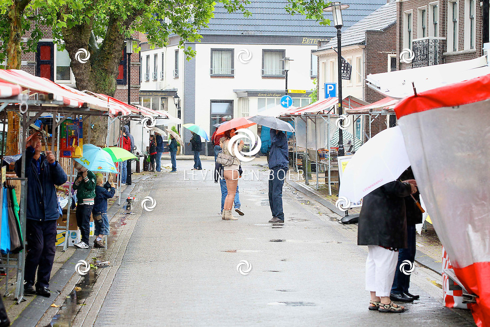 KERKDRIEL - Op het Zwijsenplein is weer de jaarlijkse markt van Op den Delkant georganiseerd. Het weer zit niet echt mee. FOTO LEVIN DEN BOER - PERSFOTO.NU