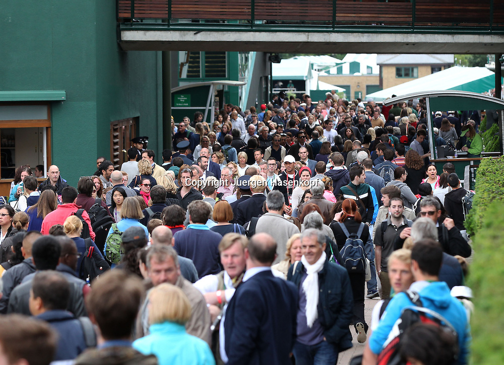 Wimbledon Championships 2013, AELTC,London,<br /> ITF Grand Slam Tennis Tournament,Menschen stroemen auf die Anlage, dicht gedraengt,Massenandrang,Zuschauer,Querformat,Feature,