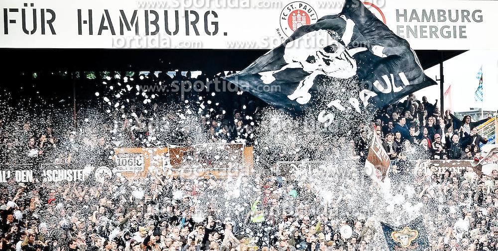28.08.2010, Millerntor Stadion, Hamburg, GER, 1.FBL, FC St. Pauli vs 1899 Hoffenheim, im Bild Feature die Fans von Pauli begruessen ihre Mannschaft beim Einlaufen EXPA Pictures © 2010, PhotoCredit: EXPA/ nph/  Witke+++++ ATTENTION - OUT OF GER +++++ / SPORTIDA PHOTO AGENCY