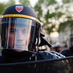 Manifestants &quot;antifa&quot; et journalistes rassembl&eacute;s place de la Bastille  le 23 avril 2017, soir du premier tour des &eacute;lections pr&eacute;sidentielles, pour la nuit des barricades. Policiers et gendarmes des Compagnies R&eacute;publicaines de S&eacute;curit&eacute; (CRS) et Escadrons de Gendarmerie Mobile (EGM) en maintien de l'ordre place de la Bastille.<br /> Avril 2017 / Paris (75) / FRANCE<br /> Voir le reportage complet (30 photos) http://sandrachenugodefroy.photoshelter.com/gallery/2017-04-MO-Nuit-des-barricades-Complet/G00002Lsyhyh8CWE/C0000yuz5WpdBLSQ