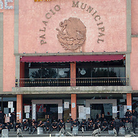 Ecatepec, Mex.- Cientos de antorchistas de los municipios de Chimalhuacán y Nezahualcóyotl bloquearon las principales vialidades en su intento de llegar al palacio municipal y tomarlo, los antorchistas exigen que les permitan construir una preparatoria en un terreno de la colonia La laguna Chiconautla en los límites de Ecatepec y Acoltman. Policías con equipo antimotín cercaron su avance y evitaron una confrontación con afiliados a organizaciones sociales del PRD que defienden al alcalde. Agencia MVT / Jose Israel Nuñez. (DIGITAL)<br /> <br /> <br /> <br /> <br /> <br /> <br /> <br /> NO ARCHIVAR - NO ARCHIVE