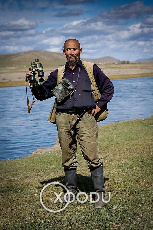 Mongolian hunter with binoculars (Khohk Nuur, Mongolia - Sep. 2008) (Image ID: 080914-1303091a)