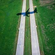 Et American Airlines fly går inn for landing på Dallas Fort Worth flyplassen. Flytrafikk er sterkt økende verden over. Kommersiell flytrafikk sto for syv prosent av CO₂-utslippene i 2006 og er ventet å nå femten prosent innen 2050. I 2014 truet miljøorganisasjonene CBD og Friends of the Earth med å saksøke det amerikanske miljøverndepartementet, EPA,  dersom de ikke kom med utslippskrav til flybransjen . Det har satt fart på EPA, og i juni kom de med forslag til nye reguleringer . EU forsøkte å innføre utslippskrav og såkalt «cap and trade» for flybransjen i 2008, men feilet. EPA sitt forslag til utslippskrav kommer ventelig til å bli adoptert også av EU. Veien dit er lang og bratt. Nye regler kommer neppe til å gjelde før 2018, og i mellomtiden har USA fått en ny president. I mellomtiden jobber flyprodusentene selv med å minske skadevirkningene fra bransjen. Boeing har som mål å bruke minst en prosent biobrennstoff innen 2016 . Tallet er lite, men et skritt i riktig retning. Airbus jobber i samme retning  og samarbeider med blant annet Virgin for å finne måter å produsere biobrennstoff lokalt rundt omkring på kloden.