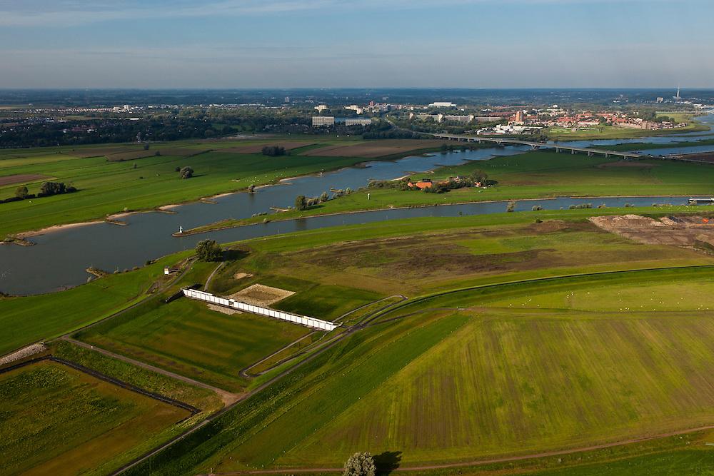 Nederland, Gelderland, Gemeente Westervoort, 03-10-2010; IJsselkop en Hondsbroeksche Pleij (rechts), Arnhem aan de horizon. In de uiterwaard is in het kader van Ruimte voor de Rivier de dijk landinwaarts verlegd, Hierdoor is een hoogwatergeul ontstaan. In deze geul staat het regelwerk wat bij hoog water zorgt voor de verdeling van het water tussen Neder-Rijn en IJssel (naar rechts)..Head of the IJssel. Room for the River: in the floodplain the dike has moved inland, creating a flood channel. At high water the control works will regulate the distribution of water between the Lower Rhine and IJssel..luchtfoto (toeslag), aerial photo (additional fee required).foto/photo Siebe Swart