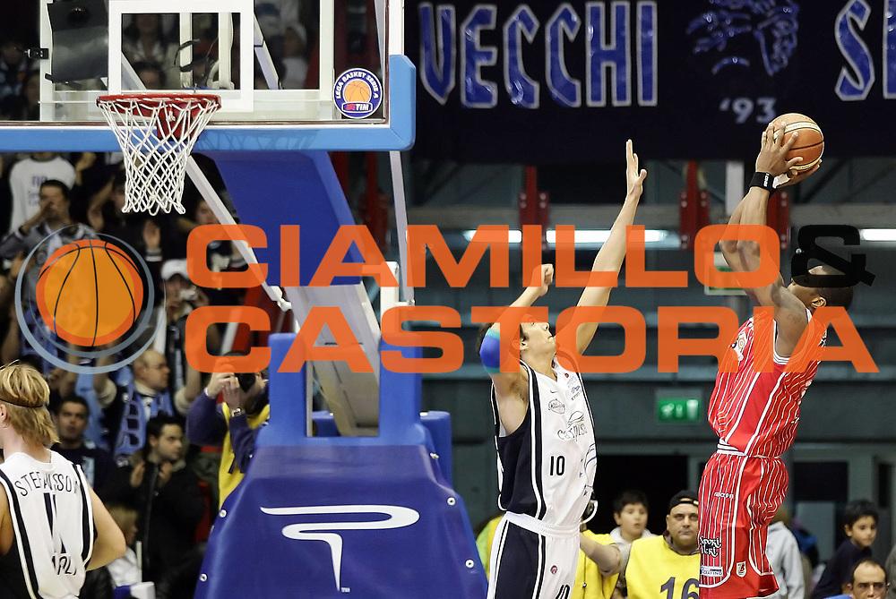 DESCRIZIONE : Napoli Lega A1 2005-06 Carpisa Napoli Navigo.it Teramo<br /> GIOCATORE : Pasco<br /> SQUADRA : Navigo.it Teramo<br /> EVENTO : Campionato Lega A1 2005-2006<br /> GARA : Carpisa Napoli Navigo.it Teramo<br /> DATA : 29/01/2006<br /> CATEGORIA : <br /> SPORT : Pallacanestro<br /> AUTORE : Agenzia Ciamillo-Castoria/A.De Lise<br /> Galleria: Lega Basket A1 2005-2006<br /> Fotonotizia: Napoli Campionato Italiano Lega A1 2005-2006 Carpisa Napoli  Navigo.it Teramo<br /> Predefinita: