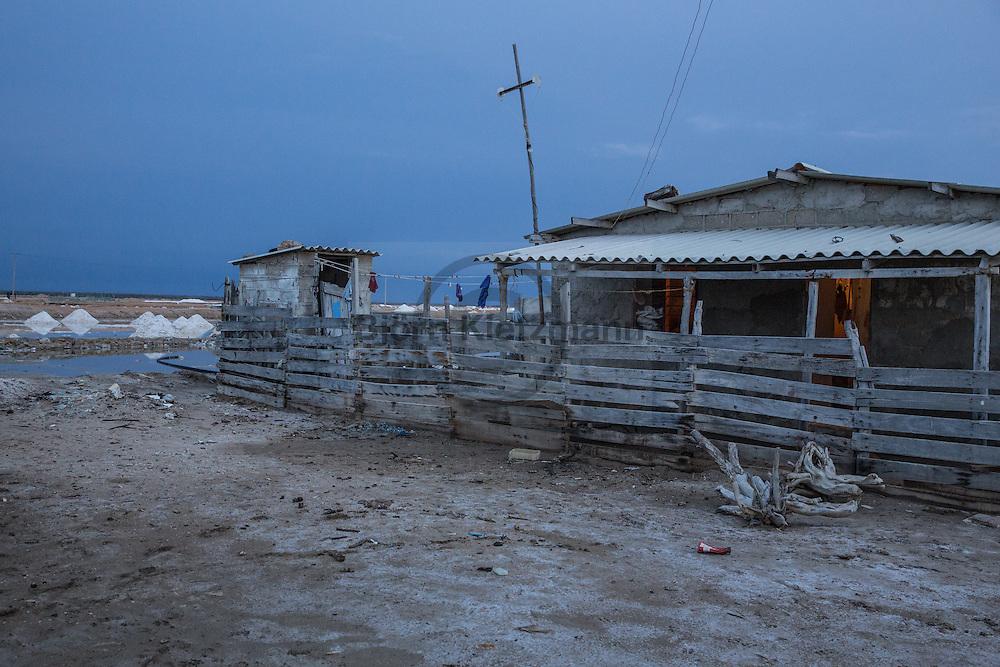 Manaure, La Guajira, Colombia - 26-27.08.2016        <br /> <br /> The maritime saltworks in the Colombian small town Manaure extends over an area of nearly 4100 hectares. It is the most important salt mine of Colombia, in which hundreds of workers slog in the heat in the wide-scale salt evaporation pond.<br /> <br /> Die maritimen Salzgewinnungsanlage im kolumbianischen Manaure erstreckt sich ueber eine Flaeche von fast 4100 Hektar. Es sind die wichtigsten Salzmine Kolumbiens in deren Salzfeldern hunderte Arbeiter in der Hitze schuften. <br /> <br /> Foto: Bjoern Kietzmann