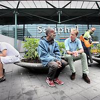 Nederland, Amsterdam Schiphol , 7 augustus 2013.<br /> Hans Pijp, (2e rechts) psychiater voor o.a. daklozen die bivakkeren op Schiphol Airport hier in gesprek met dakloze Armand.<br /> Foto:Jean-Pierre Jans