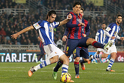 04.01.2015, Anoeta Stadium, San Sebastian, ESP, Primera Division, Real Sociedad vs FC Barcelona, 17. Runde, im Bild Real Sociedad's Carlos Martinez Diez (l) and FC Barcelona's Luis Suarez // during the Spanish Primera Division 17th round match between Real Sociedad and Barcelona FC at the Anoeta Stadium in San Sebastian, Spain on 2015/01/04. EXPA Pictures © 2015, PhotoCredit: EXPA/ Alterphotos/ Acero<br /> <br /> *****ATTENTION - OUT of ESP, SUI*****