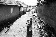 Kosovo- Pejë,  12 Novembre 2000. Zona di Mahala e Bates  abitata da rom
