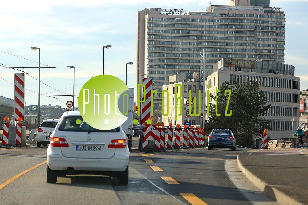 Ludwigshafen. 10.01.18 | <br /> Hochstra&szlig;e S&uuml;d. Aktive Geschwindigkeitsreduzierung und LKW Durchfahrtssperre wegen Br&uuml;ckensch&auml;den. Schilder auf der Hochstra&szlig;e S&uuml;d (B 37) aus Richtung Mannheim kommend vor der Lkw-Sperre. Diese zeigen noch 2 Meter als Maximalbreite an.<br /> <br /> Bild: Markus Prosswitz 10JAN18 / masterpress (Bild ist honorarpflichtig - No Model Release!) <br /> BILD- ID 00052 |