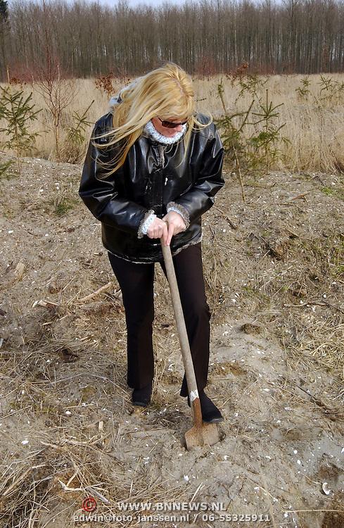 Zangeres Hanny plant een boom ter nagedachtenis aan haar overleden dochter Deborah in het KWF herdenkingsbos Kankerbestrijding Dronten