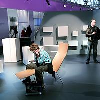 Nederland,Amsterdam ,30 september 2008..n de Amsterdam RAI begint dinsdag de Woonbeurs Amsterdam. De inmiddels zestiende editie duurt tot en met 5 oktober. De beurs toont aan de hand van verschillende sferen en stijlen wat de nieuwe trends voor de woninginrichting zijn. .Op de foto:.Bezoekers tijdens de Woonbeurs 2008 bekijken en onderhandelen op 1 van de vele meubelstands.