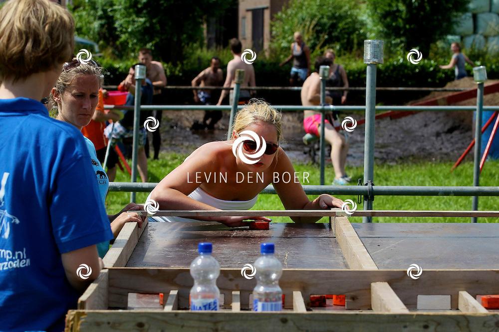 AMMERZODEN - De jaarlijkse Zeskamp met veel jongeren is weer een groot succes, dit jaar ook weer met nieuwe spellen. FOTO LEVIN DEN BOER - PERSFOTO.NU