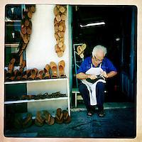 Kreta, Kritsa , 23 juli 2013.<br /> <br /> Schoenmaker van het bergdorpje Kritsa even landinwaarts in de buurt van kustplaats Agios Nicolaos in het Noord Oosten van Kreta.<br /> Summer holiday on the Greek island of Crete. Shoemaker. Streetview.