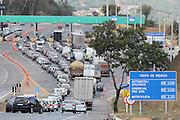 REGIAO METROPOLITANA DE BELO HORIZONTE, MG, 01.08.2015 - TRANSITO / CAPIM BRANCO - Motoristas fazem buzinaço na Praça de Pedágio de Capim Branco, inaugurado nessa sexta-feira, na BR-040, Região Metropolitana de Belo Horizonte. Funcionários alegam não saber o motivo do congestionamento, que atrasa em mais de 30 minutos a viagem, dos usuários da BR, na tarde deste sábado, 01. (Foto: Doug Patrício/ Brazil Photo Press).