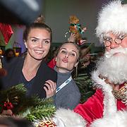 NLD/Amsterdam/20181206 - Sky Radio's Christmas Tree For Charity, Kim Feenstra, Kimberley Klaver en de kerstman