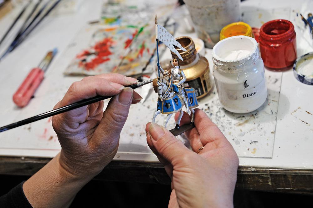 19 avril 2017: En Anjou, l'entreprise CBG Mignot dirigé par monsieur Pemzec réalise des figurines de plomb peintent à la main. La peintre effectue des retouches sur une figurine de Jeanne d'arc. LA BREILLE LES PINS (49), FRANCE.