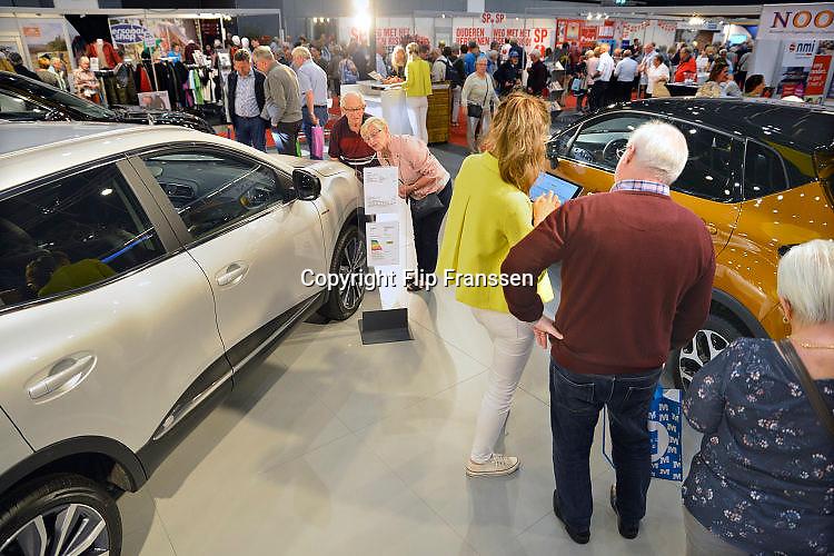 Nederland, Utrecht, 21-9-2017 Ouderen, senioren, bekijken grote autos, suv, suvs, op de 50plus beurs. Met ouderen gebeuren meer dodelijke ongelukken in het verkeer. Foto: Flip Franssen