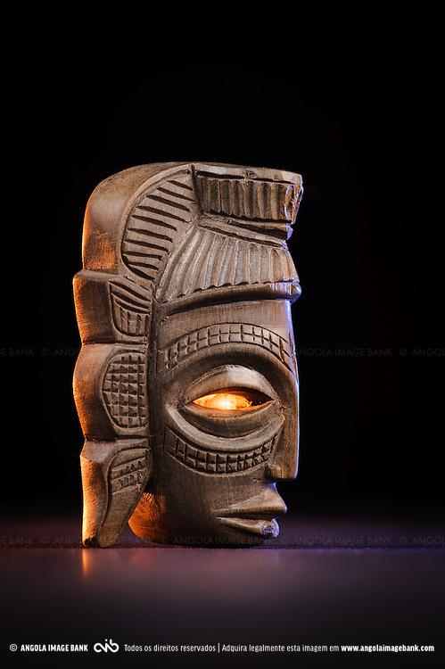 Máscara em madeira. Artesanato de Cabinda.