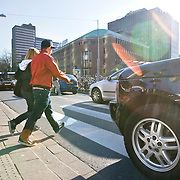 Nederland Rotterdam 21-03-2009 20090321Foto: David Rozing ..Mensen steken straat, de coolsingel, over via zebrapad terwijl auto wacht en voorrang verleent People crossing  the street..Foto: David Rozing