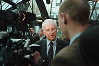 11 JAN 2001, BERLIN/GERMANY:<br /> Edmund Stoiber, CSU, ministerpraesident Bayern, gibt ein Statement, auf dem Weg zum Kongress der Europaeischen Volkspartei, EVP, Hotel Intercontinental<br /> IMAGE: 20010111-01/01-13
