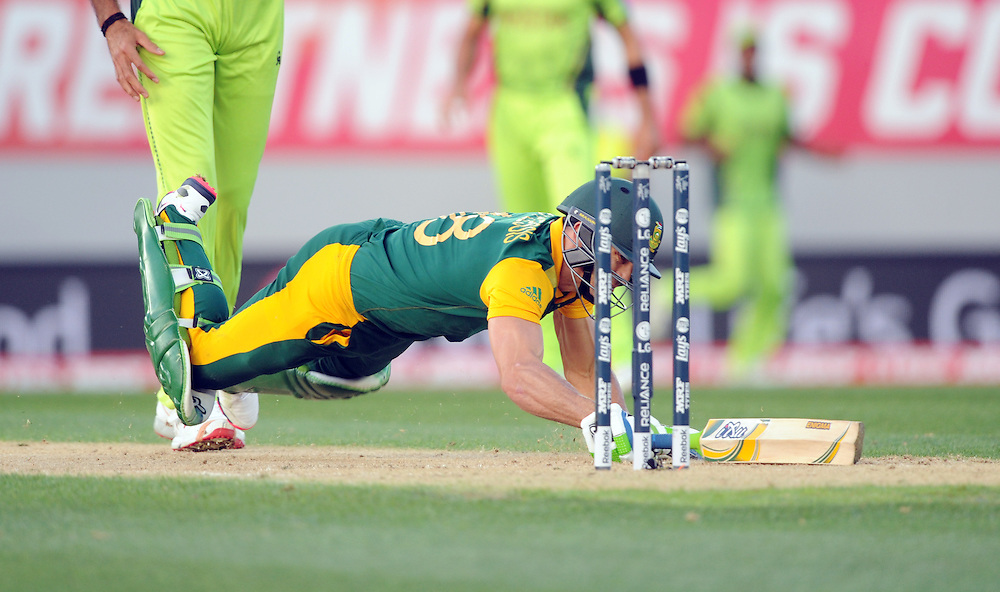 South Africa's Francois du Plessis dives in to make his ground against Pakistan in the ICC Cricket World Cup at Eden Park, Auckland, New Zealand, Saturday, March 07, 2015. Credit:SNPA / Ross Setford