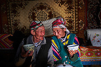 Mongolie, région de Bayan-Ulgii, transhumance d'hiver chez les nomades Kazakhs, Teleihan Hussein, 60 ans retrouve sa femme // Mongolia, Bayan-Ulgii province, winter transhumance of the Kazakh nomads, Teleihan Hussein, 60 old and his wife