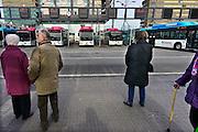 Nederland, Nijmegen; 19-3-2013Passagiers, reizigers, oudere mensen, studenten wachten bij het centraal station op een bus van Breng, onderdeel van Hermes. Stadsbus van regiovervoerder Breng rijdt sinds december 2012 op groen gas, biologisch gas wat uit gft afval wordt gewonnen bij o.a. de ARN in Weurt. Openbaar vervoer, busvervoer in de regio Arnhem Nijmegen.Foto: Flip Franssen/Hollandse Hoogte