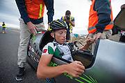 Andrea Gallo met de PulsaR van Policumbent, het team van de universiteit van Turijn. Op woensdag wordt voor het eerst echt geracet, de dagen daarvoor was het weer te slecht. In Battle Mountain (Nevada) wordt ieder jaar de World Human Powered Speed Challenge gehouden. Tijdens deze wedstrijd wordt geprobeerd zo hard mogelijk te fietsen op pure menskracht. Ze halen snelheden tot 133 km/h. De deelnemers bestaan zowel uit teams van universiteiten als uit hobbyisten. Met de gestroomlijnde fietsen willen ze laten zien wat mogelijk is met menskracht. De speciale ligfietsen kunnen gezien worden als de Formule 1 van het fietsen. De kennis die wordt opgedaan wordt ook gebruikt om duurzaam vervoer verder te ontwikkelen.<br /> <br /> In Battle Mountain (Nevada) each year the World Human Powered Speed Challenge is held. During this race they try to ride on pure manpower as hard as possible. Speeds up to 133 km/h are reached. The participants consist of both teams from universities and from hobbyists. With the sleek bikes they want to show what is possible with human power. The special recumbent bicycles can be seen as the Formula 1 of the bicycle. The knowledge gained is also used to develop sustainable transport.