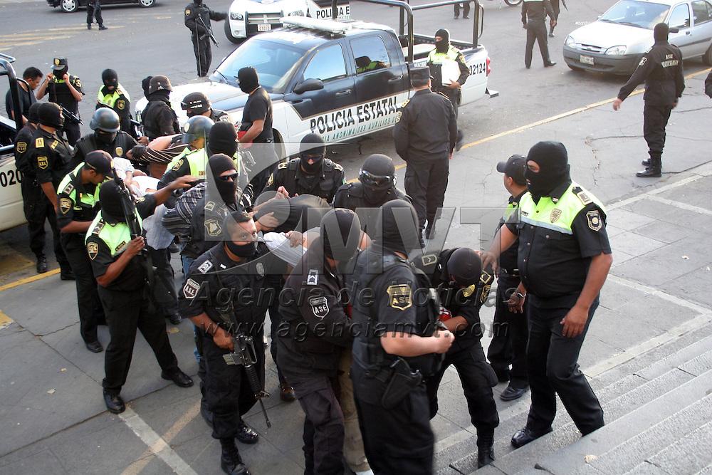 TOLUCA, México.- Elementos de la Agencia de Seguridad Estatal (ASE) y de la policía municipal de Ixtapan de la Sal se enfrentaron a balazos con una presunta célula del grupo delictivo identificado como La Familia Michoacana, en la carretera libre a Villa Guerrero, de los cuales lograron capturar a siete, a quienes se les decomisaron armas largas de grueso calibre y cortas de uso exclusivo del Ejército y Fuerzas Armadas y fueron entregados en la procuraduria de justicia.  Agencia MVT / José Hernández. (DIGITAL)