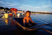 Comunidad indígena Piaroa de San Fernando de Atabapo en la confluencia de los rios Atabapo, Guaviare y el rio Orinoco, Estado Amazonas, Venezuela.  1998 (Ramon Lepage / orinoquiaphoto)  Piaroa indigenous community of San Fernando de Atabapo located on the confluence of the Atabapo, Guaiviare an  the Orinoco rivers in the Amazonas  state, Venezuela. 1998 (Ramon Lepage / orinoquiaphoto)..